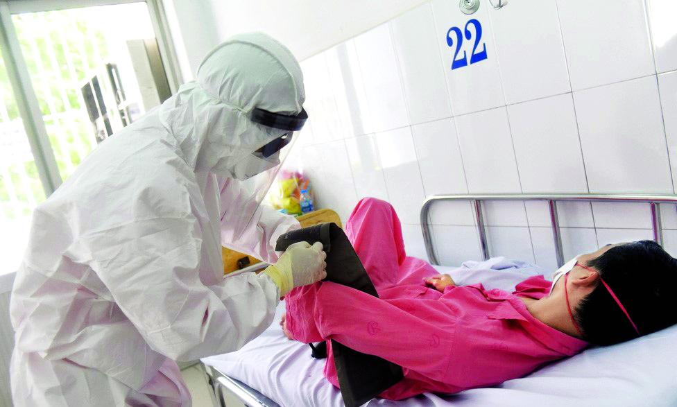 Điều dưỡng Nguyễn Minh Tâm đang chăm sóc bệnh nhân giữa mùa dịch Corona