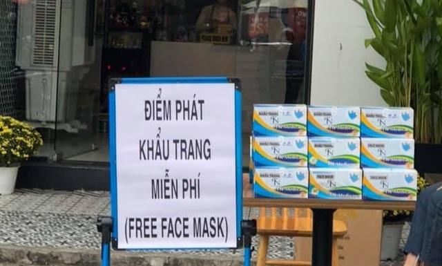 Trong lúc, nhiều nơi phát khẩu trang miễn phí cho người dân, một số cửa hàng treo biển chỉ tặng chứ không bán thì có nhiều kẻ kiếm ăn trên nỗi lo âu của cả cộng đồng.