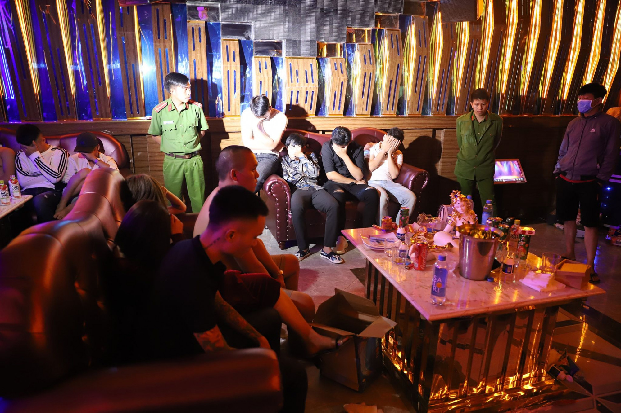 Hơn 20 thanh niên nam, nữ vào quán karaoke sử dụng ma túy đá