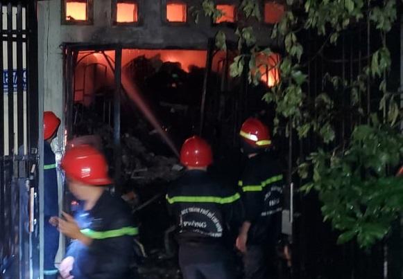 Lực lượng PCCC nỗ lực khống chế đám cháy