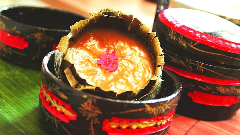 Chiếc bánh tổ nguyên thủy của người Hoa thường mang màu vàng sậm và màu trắng