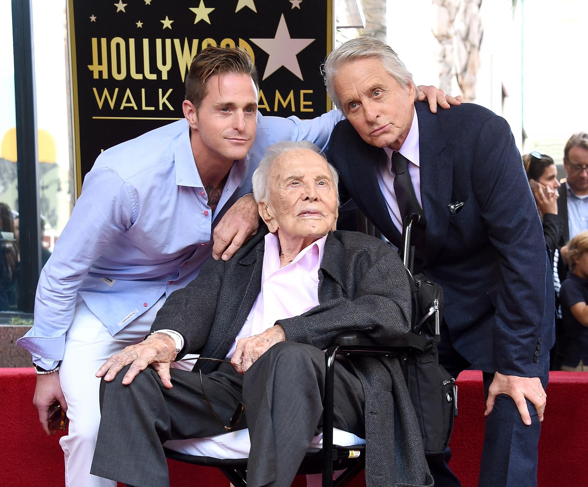 3 thế hệ trong gia đình Douglas gồm Kirk Douglas, con trai của ông - Michael Douglas và cháu trai