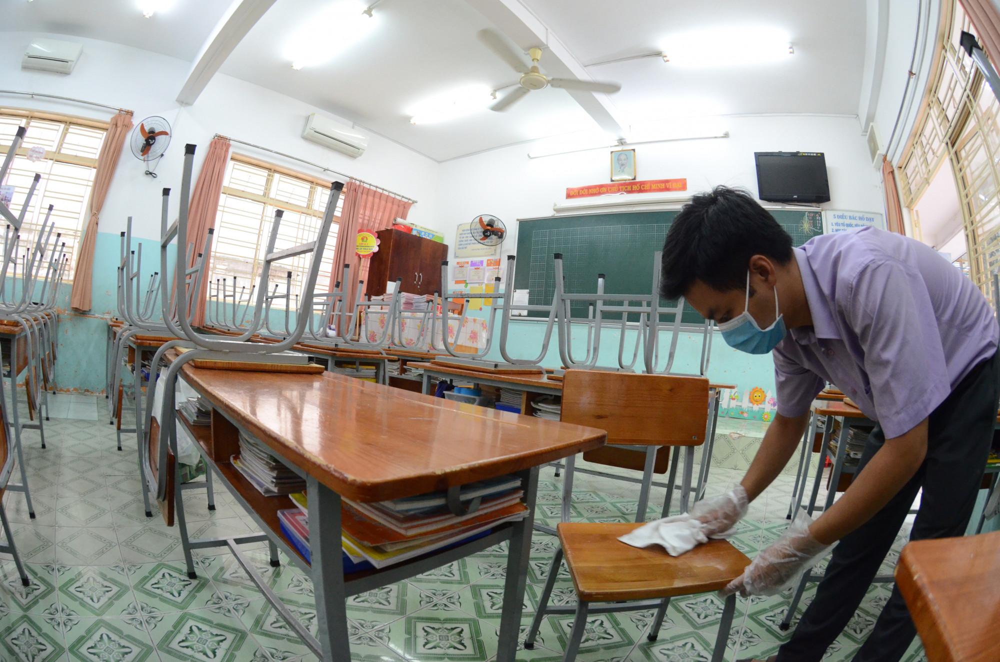 Bộ GD-ĐT đề nghị các Sở GD-ĐT chỉ đạo các cơ sở giáo dục tiếp tục thực hiện công tác vệ sinh, tẩy trùng trường lớp học, chuẩn bị sẵn sàng các điều kiện tốt nhất đón học sinh quay lại trường trong thời gian tới. Ảnh: Phùng Huy