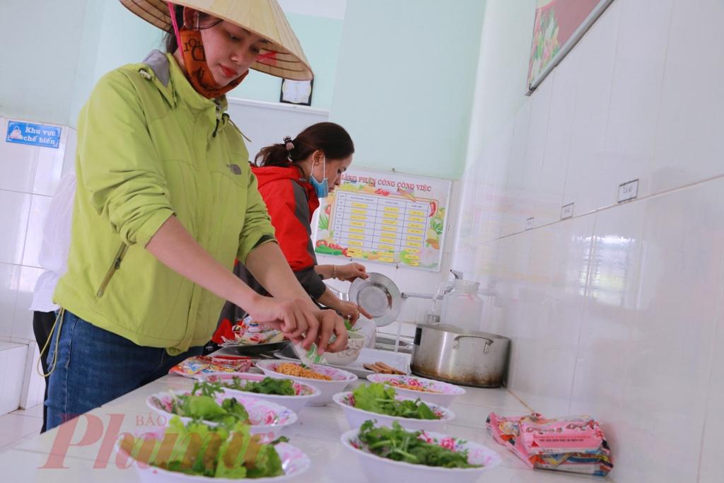 Từng mớ rau sachj các cô hái về sau vườn trường được rửa nước muối sach sẽ trước lũ phân điều vào tô cho mọi người