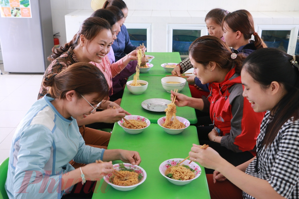 Bữa ăn trưa với mỳ tôm thật giản dị giữa mùa dịch viêm phổi cấp viruscorona gây ra dù giản dị, nhưn đầy ắp tiếng cười nói vui vẻ