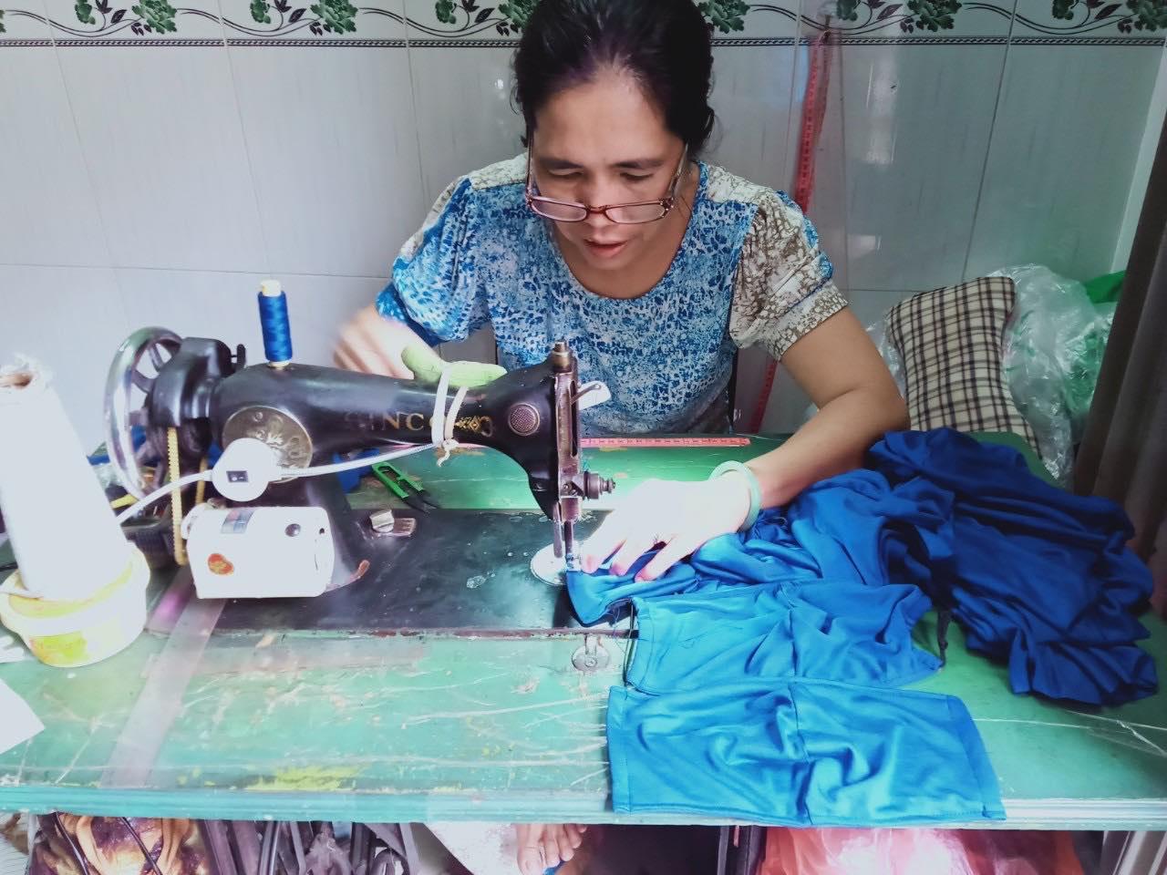 và chị Nguyễn Thị Hạnh cấp tốc may khẩu trang tặng người dân.
