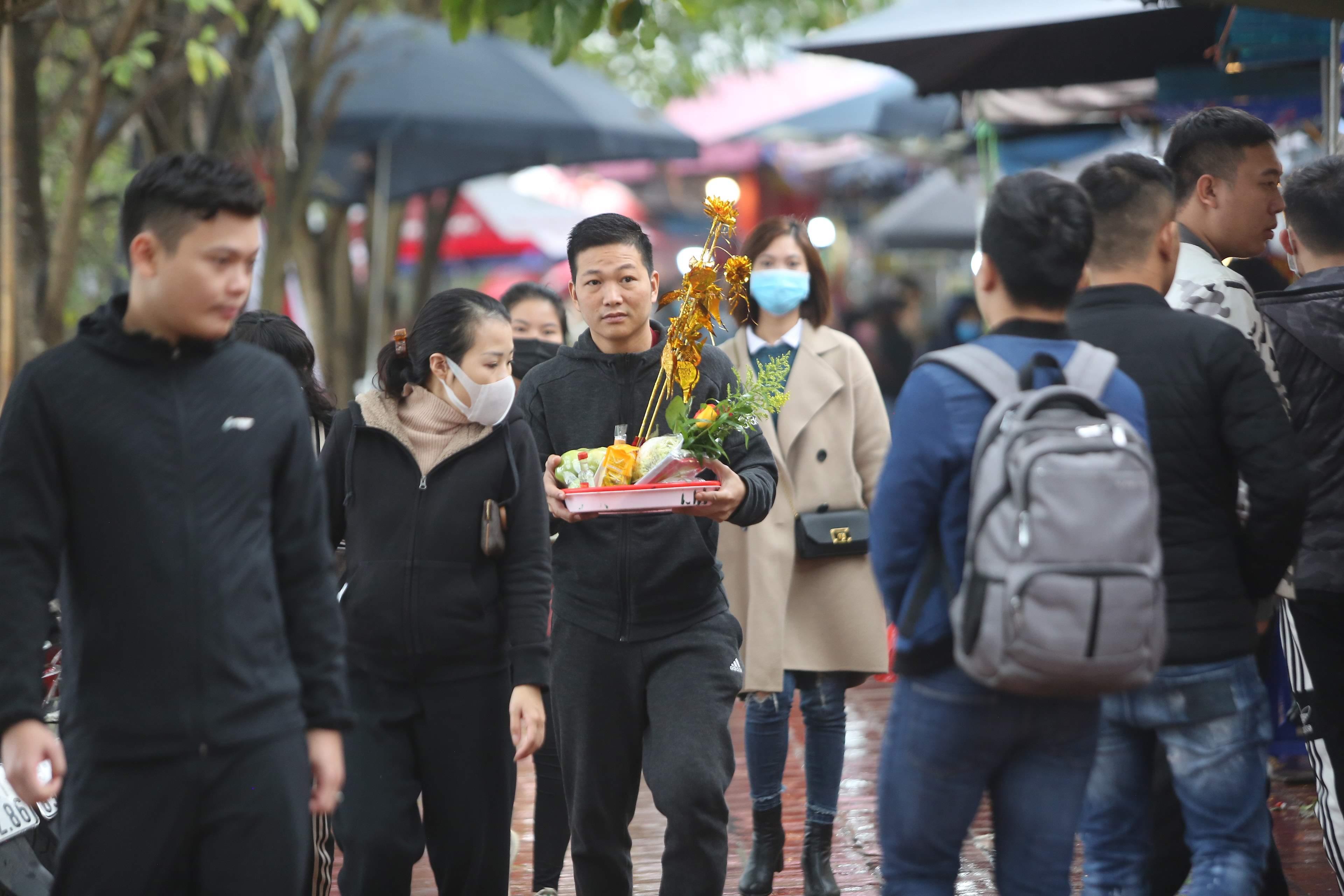 Sáng 8/2, theo ghi nhận của PV, có rất nhiều người dân vẫn đến Phủ Tây Hồ (Hà Nội) lễ bái, bất chấp những lời cảnh báo tụ tập nơi đông người được cơ quan chức năng đưa ra trước đó.