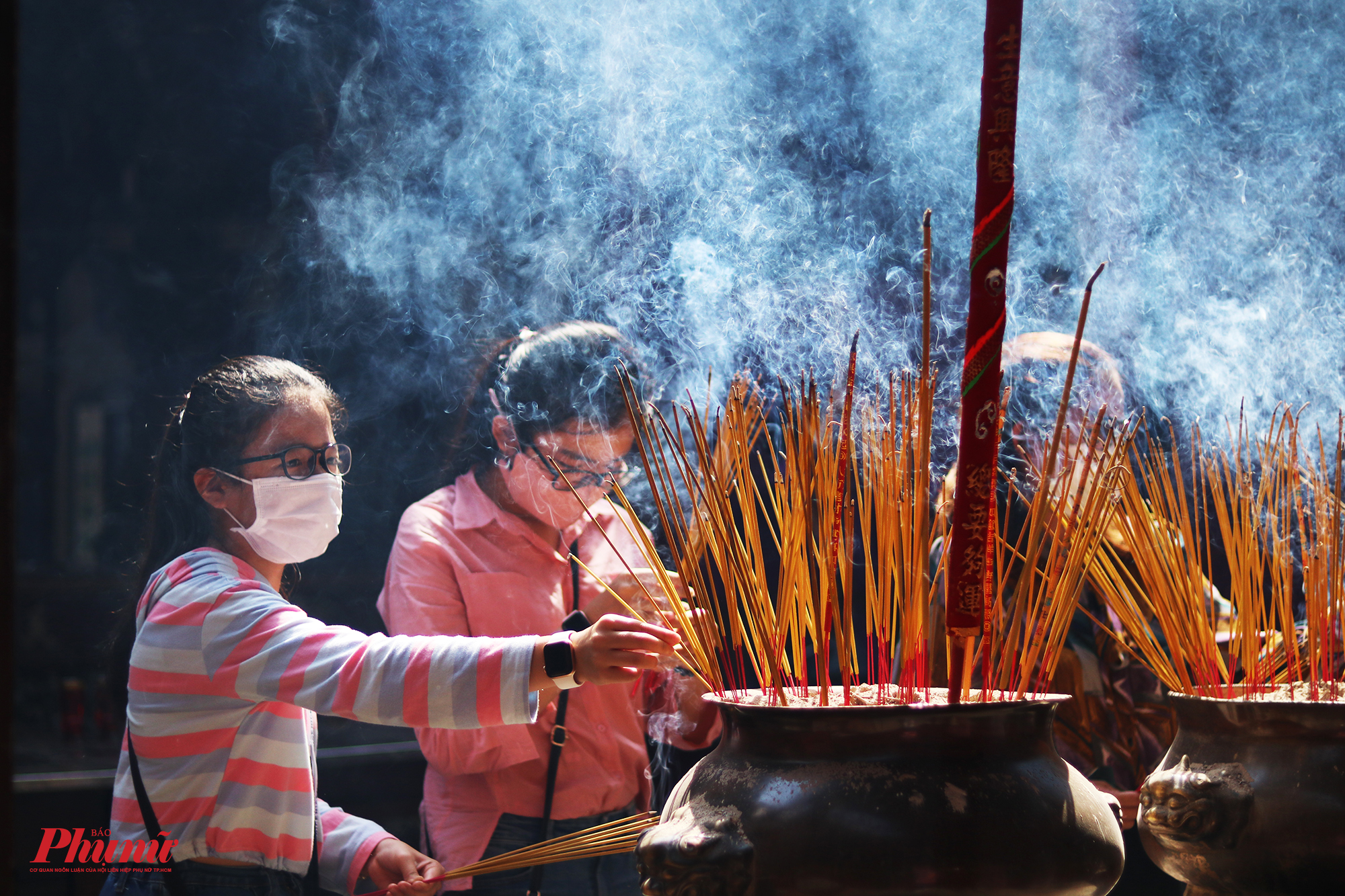 Một thành viên trong chùa cho biết lượng khách năm nay giảm rất mạnh. Thường năm, người dân phải xếp hàng, chen chúc nahu để thắp hương, bái phật nhưng năm nay không còn cảnh tượng đó. Tuy nhiên, lượng nhang được người dân sử dung vẫn rất nhiều.