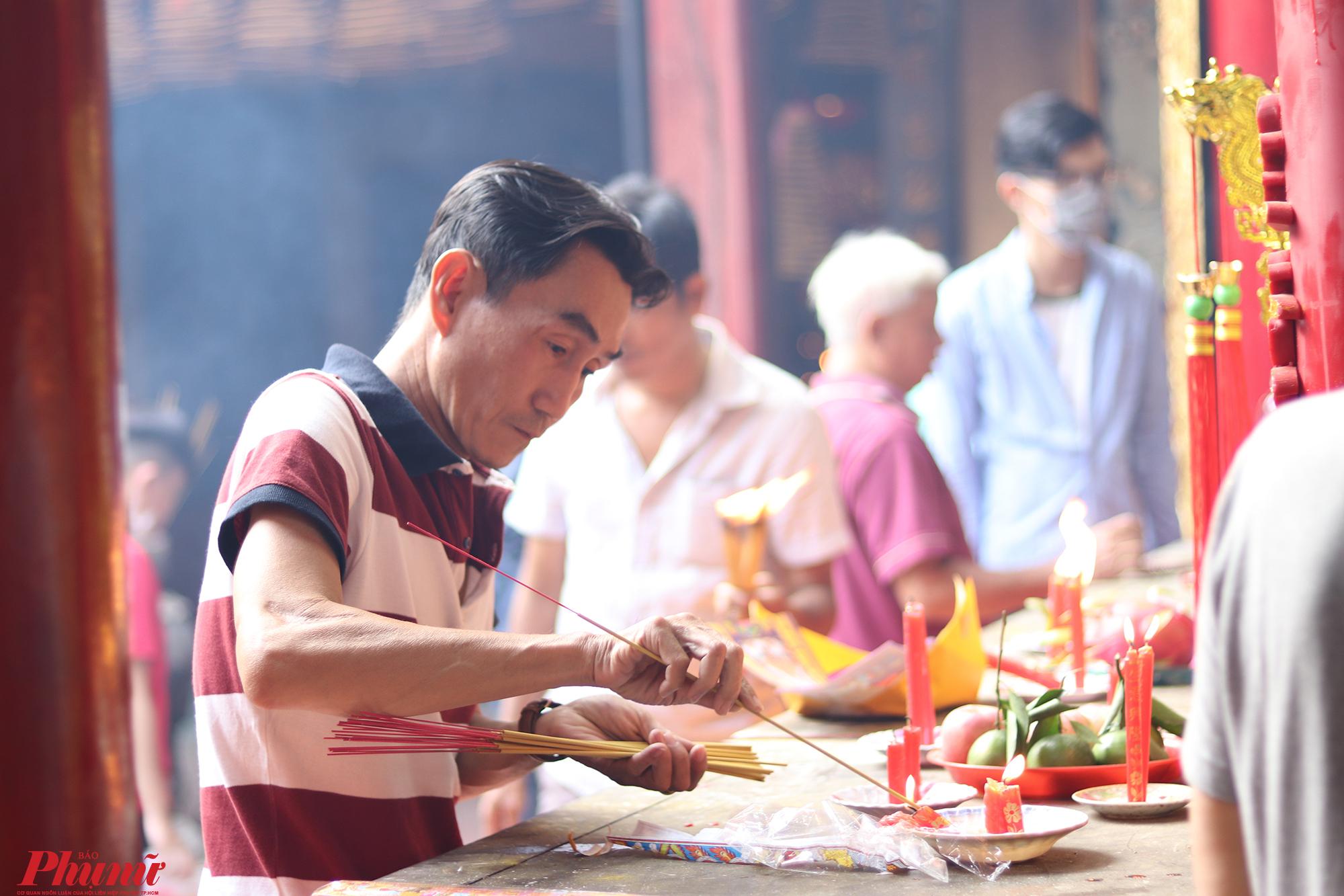 Thói quen đốt nhang cả bó vẫn chưa được người dân thay đổi nhiều khi đi chùa. Dù nhiều người nước mắt chảy nhưng vẫn đốt rất nhiều để hành lễ.