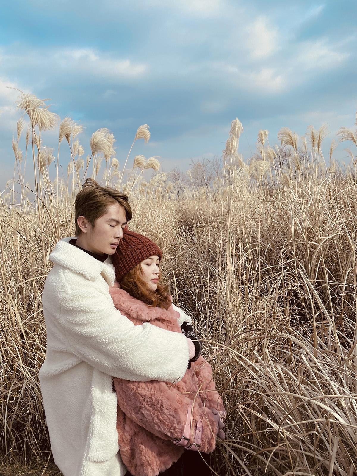 Mới nhất, Sỹ Thanh và Huỳnh Phương - thành viên nhóm FAPTV khiến fan hâm mộ không khỏi xuýt xoa về độ tình tứ mà còn cách phối đồ tinh tế, đồng điệu của cả hai trong bộ ảnh du lịch Hàn Quốc vừa qua.