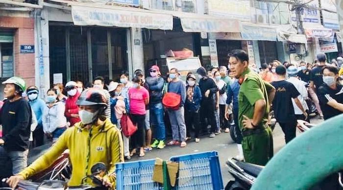 Người dân xếp hàng mua khẩu trang tại một nhà thuốc tây ở TPHCM
