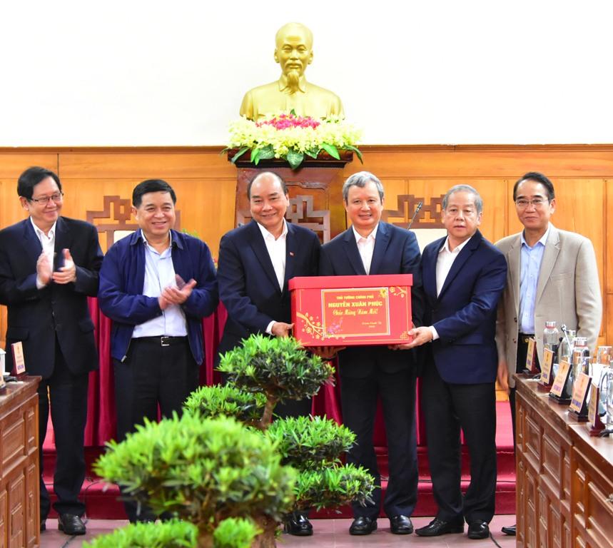 Thủ tướng tặng quà Tết  cho Đảng bộ, nhân dân Thừa Thiên Huế