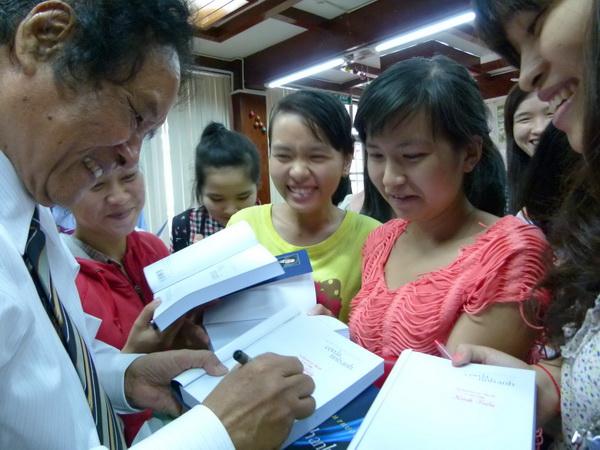 Nhà văn - nhà báo Trần Thanh Phương ký tặng độc giả nhân dịp ra mắt
