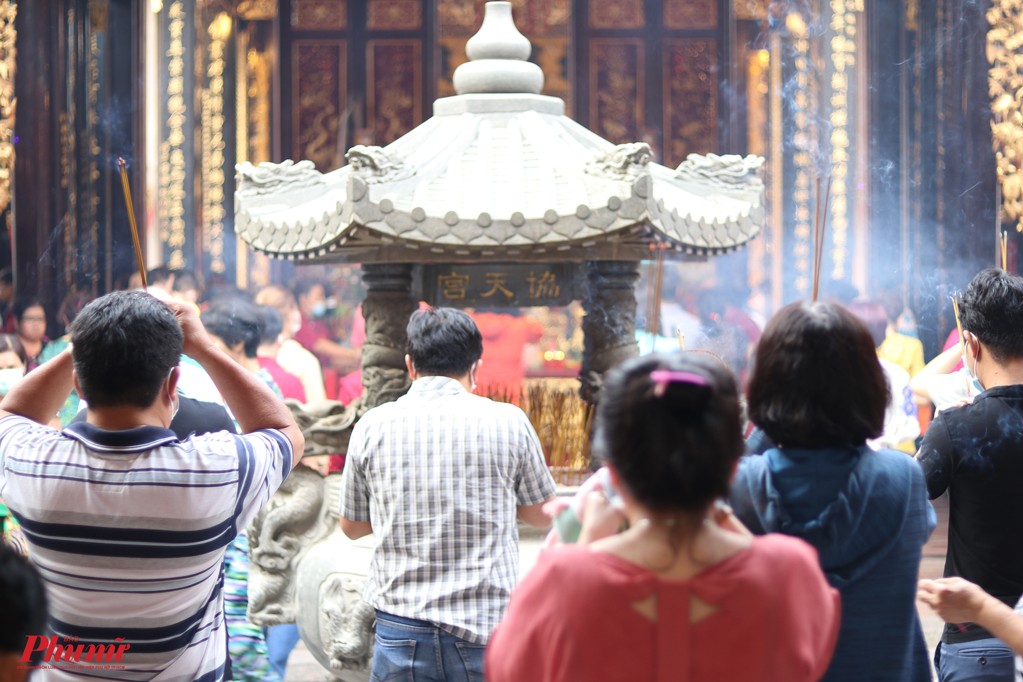 Rằm tháng Giêng cũng trùng với Tết Nguyên tiêu của người Hoa. Vì thế, các hội quán luôn nhộn nhịp vào dịp này. Nhưng năm nay, sự nhộn nhịp đó đã vơi giảm đi nhiều trước dịch bệnh khiến nhiều người ngại đi đến nơi đông người.