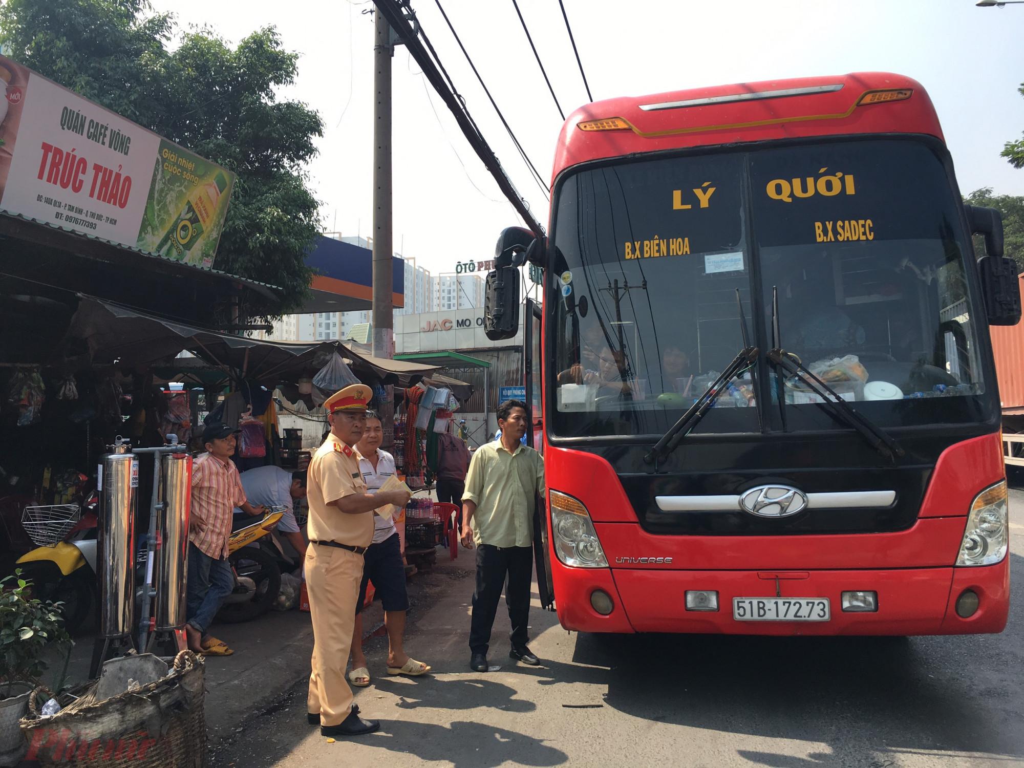 CSGT kiểm tra phương tiện vận tải hành khách trong cao điểm Tết.