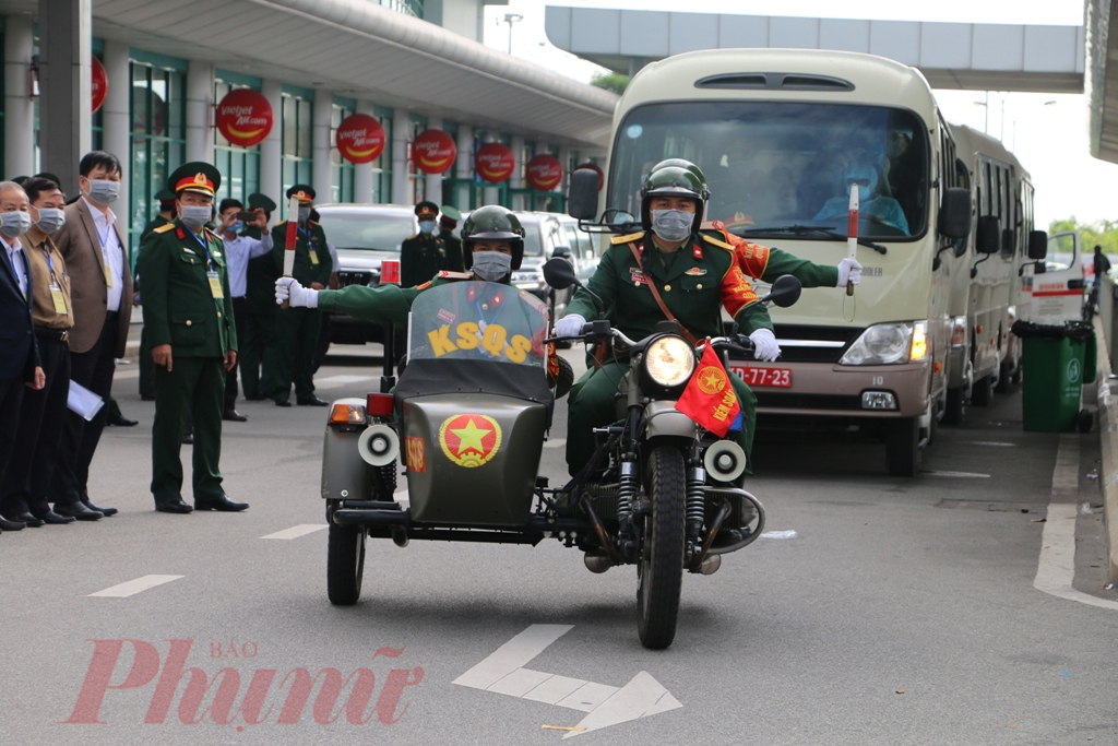 Tiếp đến, đoàn xe hộ tống của quân đội và công an nhanh chóng dẫn đường đưa hai xe chở các công dân trên về Trường Quân sự tỉnh ở xã Thủy Bằng (thị xã Hương Thủy, tỉnh Thừa Thiên - Huế) để tiến hành các thủ tục cách ly