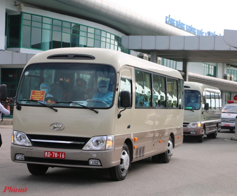 Từ sân bay Phú Bài đoàn xe đưa công dân từ Trung Quốc trở về trường Quân Sự có quãng đường đi hơn 10 km
