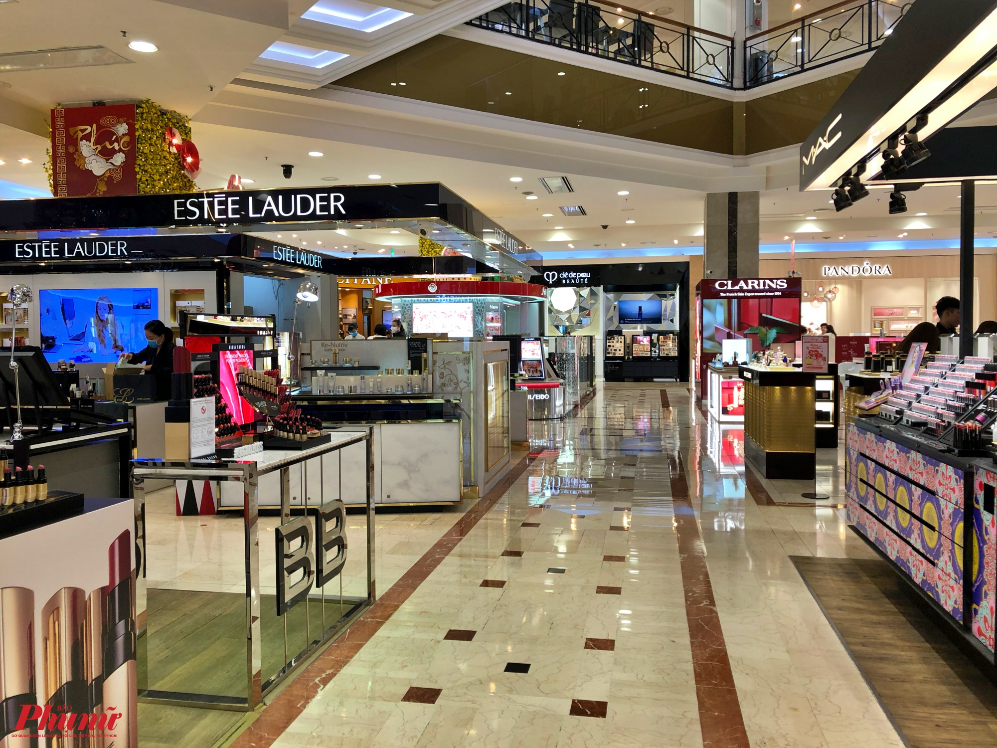Một cửa hàng dù giảm giá nhưng khách hàng vẫn khá thưa trong trung tâm thương mại (Q.1)