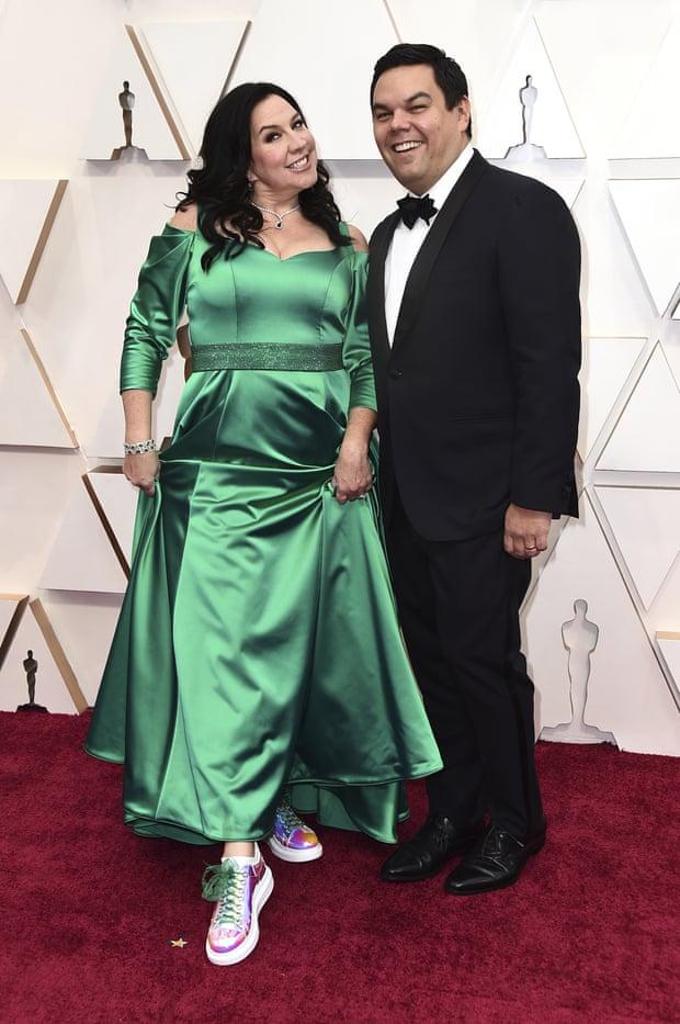 Kristen Anderson cùng chồng George Lopez mang đến thảm đỏ nét đẹp cổ điển. Không diện giày cao gót tôn dáng, Kristen Anderson gây bất ngờ sử dụng giày thể thao nhiều màu sắc. Cặp đôi là nhà sản xuất của ca khúc Into the unknown (nhạc phim Frozen 2) tranh giải Ca khúc trong phim xuất sắc tại Oscar lần thứ 92.