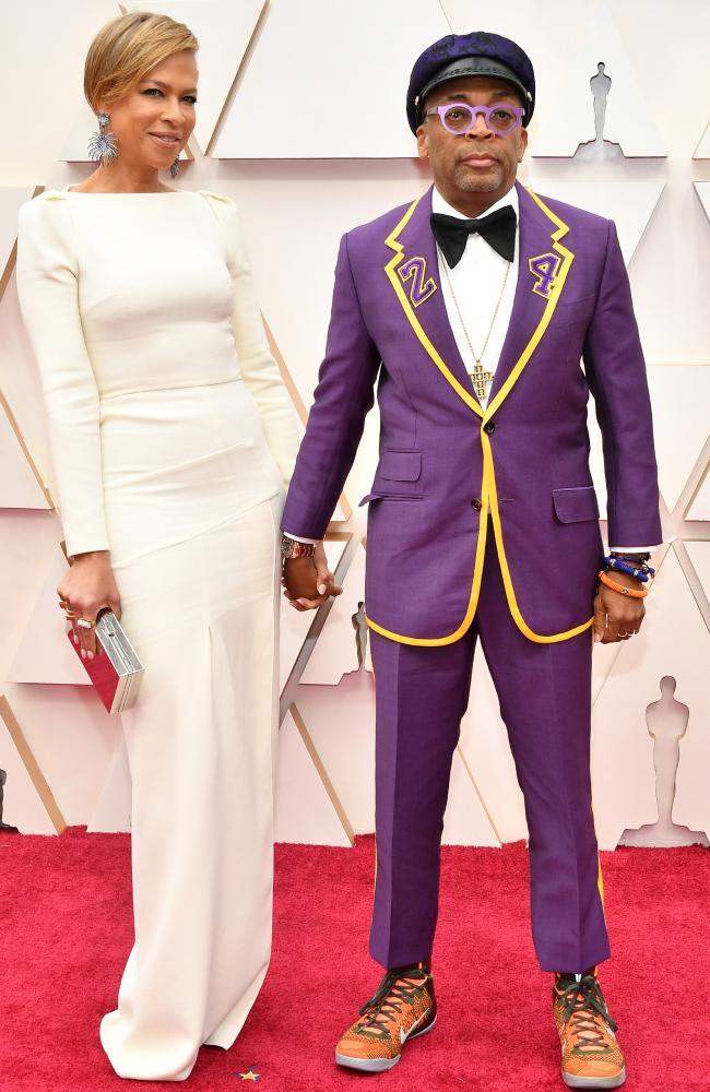 Đạo diễn Spike Lee cùng vợ Tonya Lewis bảy tỏ lòng kính trọng với huyền thoại NBA Kobe Bryant - người đã ra đi đột ngột cuối tháng 1. Ông khắc con số 24 trên áo ứng với số áo ra sân gần đây nhất của siêu sao bóng rổ.