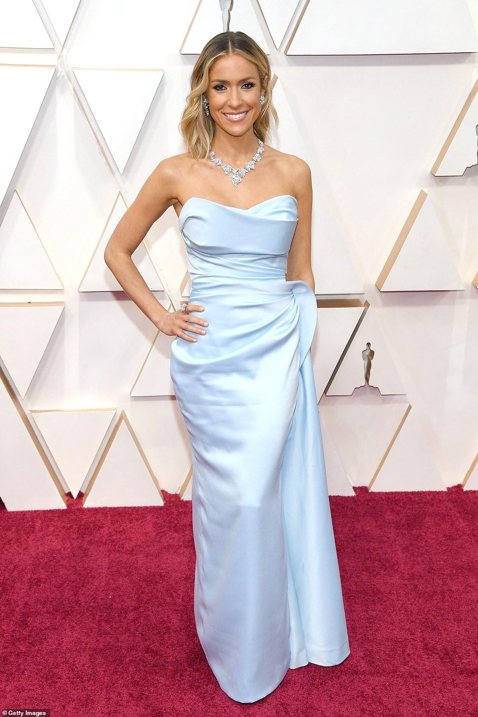 Kristin Cavallari khá an toàn trong chiếc váy pastel đơn giản.