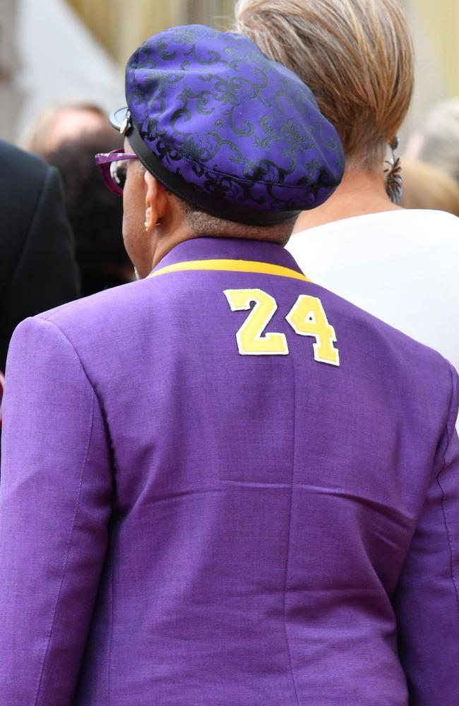 Phía trước lần sau lưng áo đều khắc con số 24.
