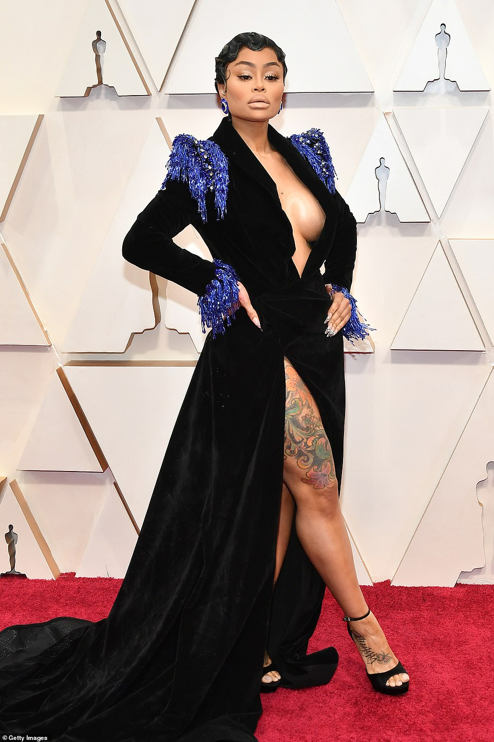 Vị hôn phu cũ của Rod Kardashian, Blac Chyna gây ấn tượng khá tốt trên thảm đỏ trong chiếc váy nhung đen khoét ngực táo bạo. Cô làm tóc kiểu flapper ngắn cùng tông trang điểm nude.