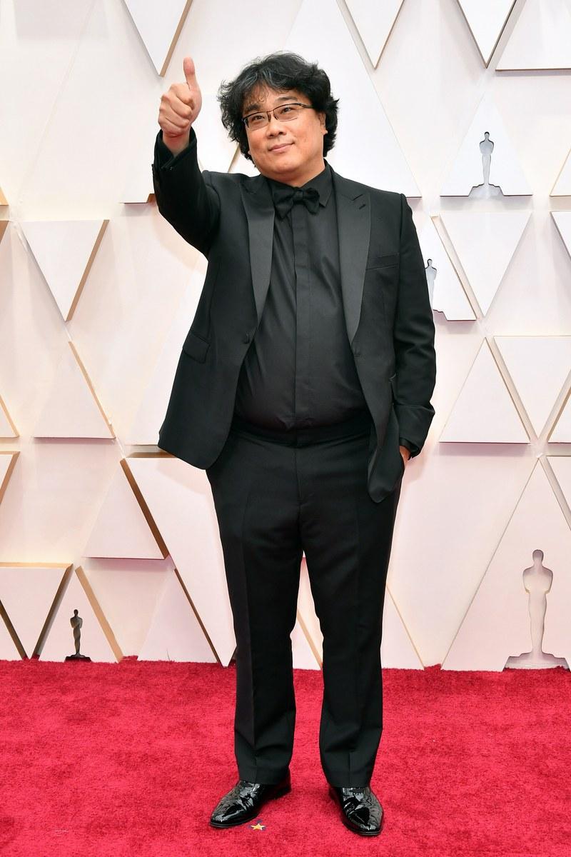 Đạo diễn Bong Joon Ho ặn mặc đơn giản với bộ vest đen trên thảm đỏ. Thành công vang dội của bộ phim Ký sinh trùng giúp anh có mặt trong danh sách đề cử Đạo diễn xuất sắc.