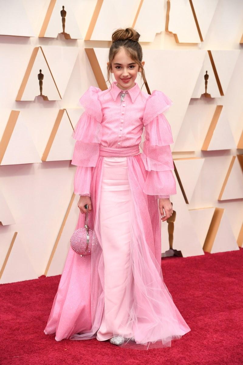 Ngôi sao nhí Julia Butters, nổi tiếng sau series Ngày xửa ngày xưa của Hollywood, đáng yêu trong bộ cánh hồng, độ phồng phần cánh tay là điểm nhấn tạo nên điểm nhấn cho thiết kế