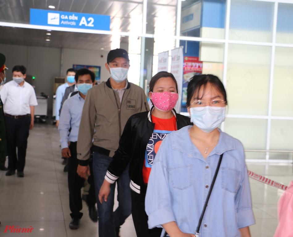 Tình huống gải định được thực hiện đầu tiên đó là sau khi xuống sân bay, công dân được phun thuốc sát trungf trước khi khỏi cửa cảng hàng không Quốc tế Phú Bài