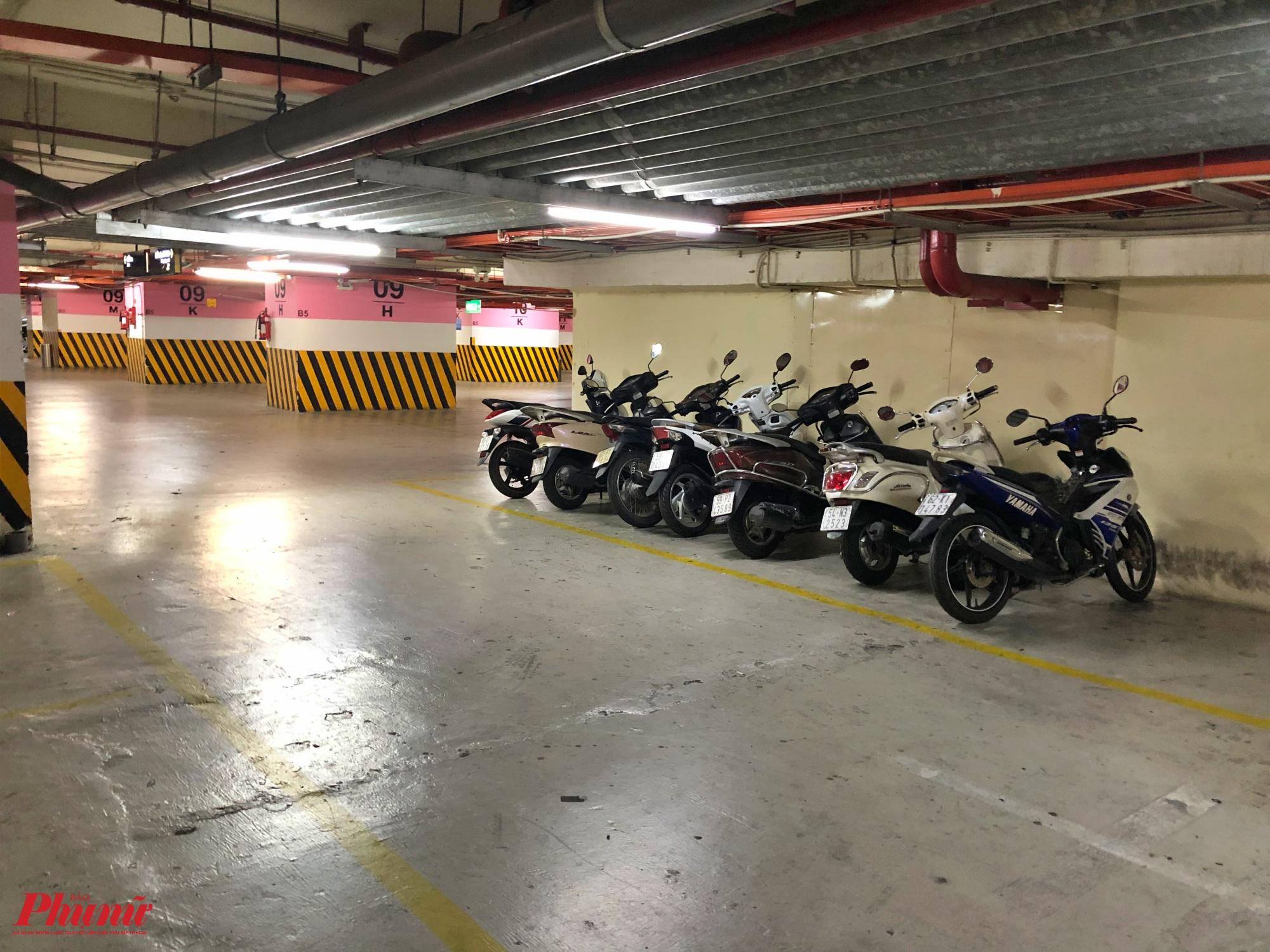 Tối 8/2, bãi xe của trung tâm thương mại Vincom cũng vắng vẻ, lát đát một vài chiếc xe máy