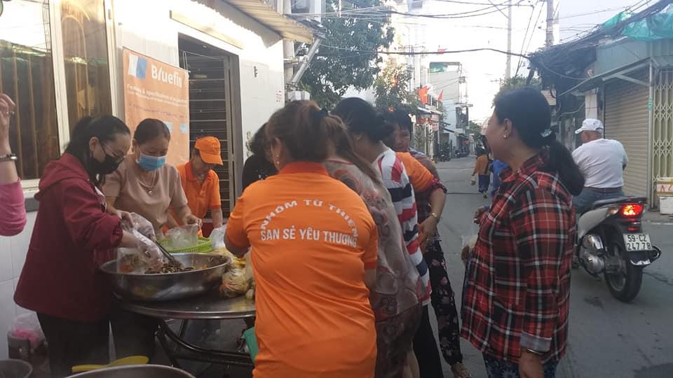 Bếp yêu thương ở Thị trần Nhà Bè ngày vận hành đầu năm đã phát hết 800 phần ăn sáng cho người lao động nghèo.