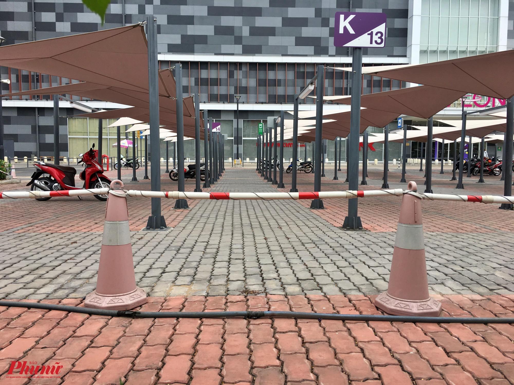 Khu đỗ xe của trung tâm thương mại Eaon ở Tân Phú cũng vắng vẻ vào sáng chủ nhật 9/2