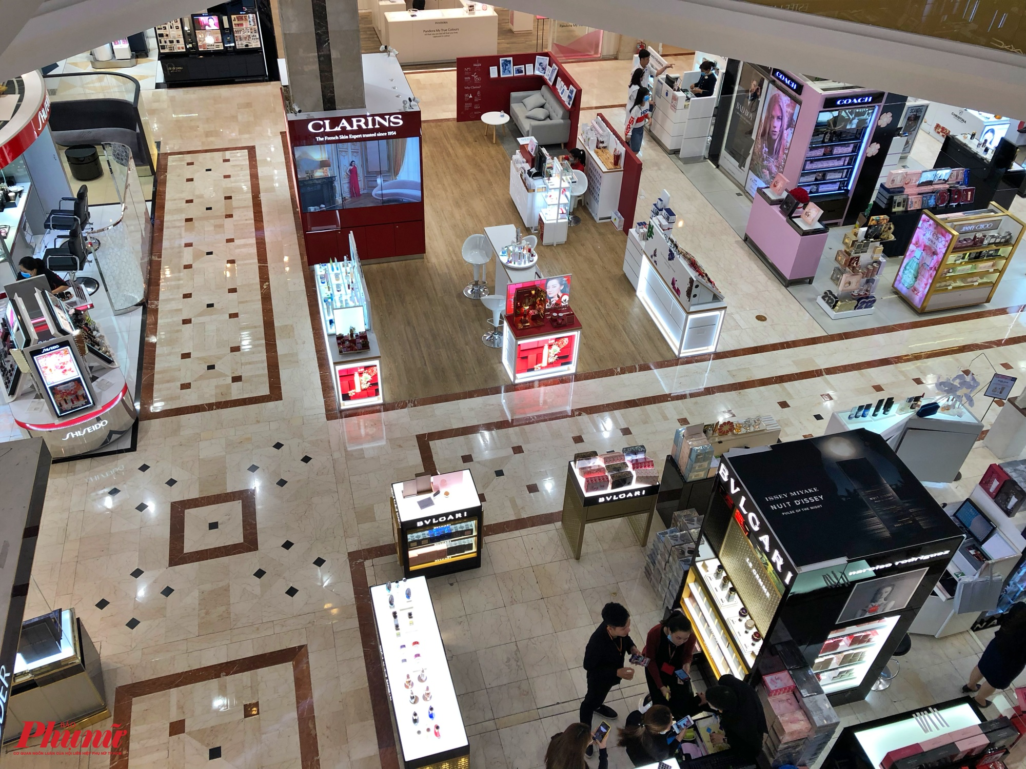 Khác với cảnh người dân và du khách đổ về các trung tâm thương mại để tham quan mua sắm, theo ghi nhận của phóng viên Báo Phụ Nữ TP.HCM tại trung tâm thương mại Diamond Plaza chiều tối 8/2 quan cảnh rất vắng vẻ, chỉ lưa thưa một vài khách đến mua hàng tại lầu 1
