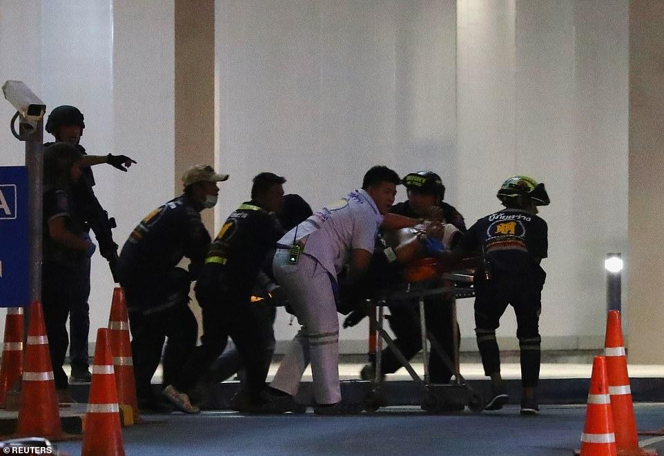 Một người bị thương được đưa khỏi hiện trường.