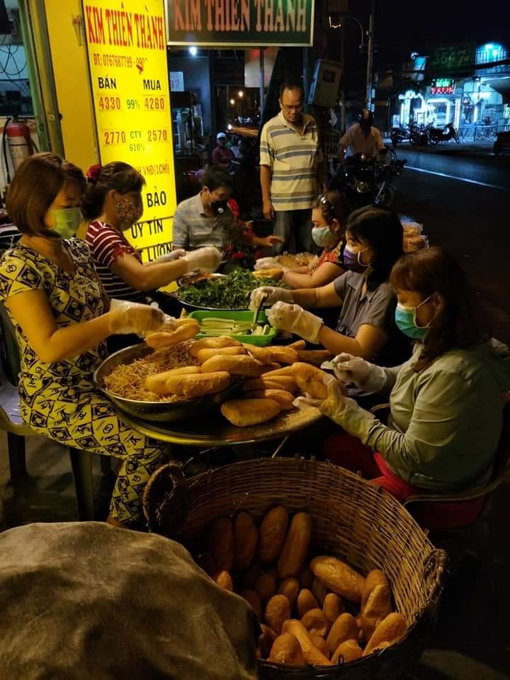 và bánh mì để trao tặng người đi đường vào lúc sáng sớm.