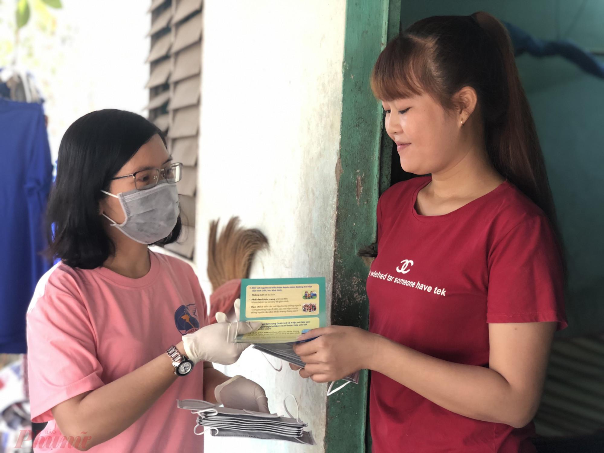 Phát khảu trang y tế và truyền thông phòng, chống dịch bệnh tại các khu nhà trọ.
