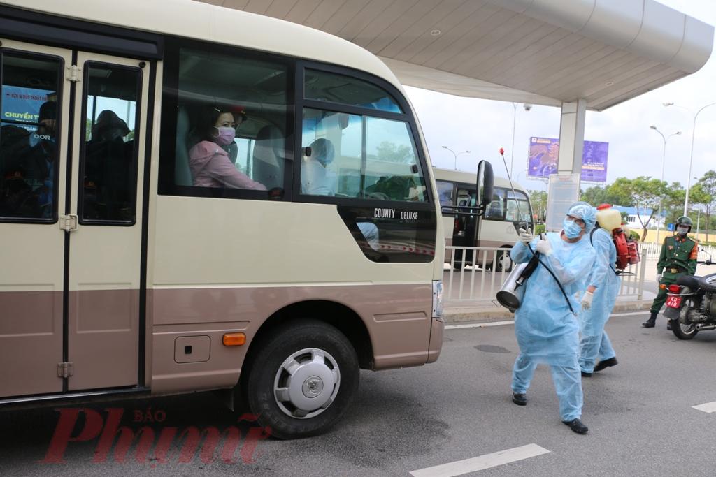 Cùng thời điểm này lực lượng phòng dịch đã cho khử trùng cả hai xe chở công dân trở về Trung Quốc trước khi rời khởi sân bay Phú Bài