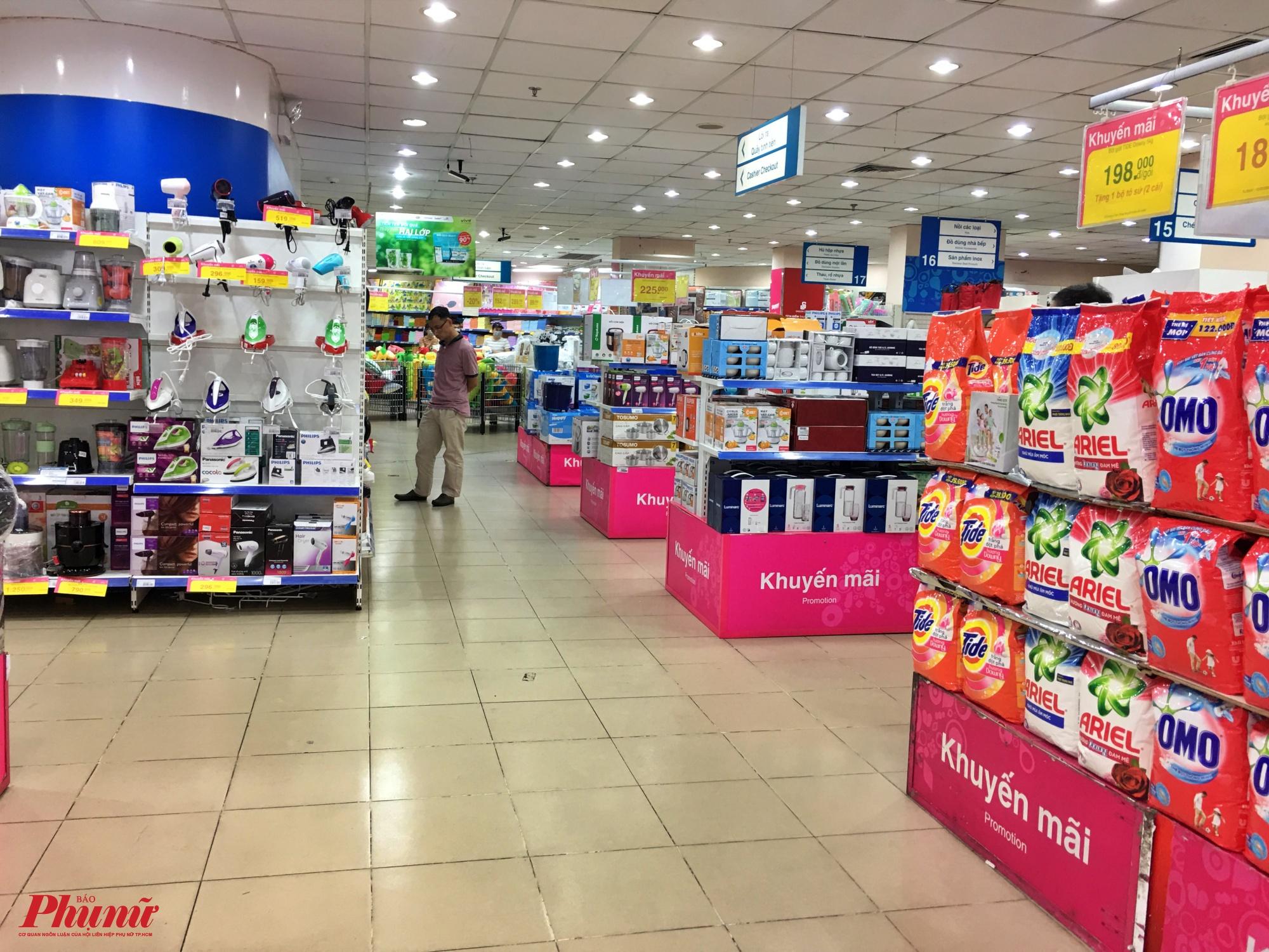 Tại siêu thị Coop Mart Phú Thọ quận 11, phóng viên ghi nhận vào sáng Chủ Nhật (9/2), quầy hàng thiết bị gia dụng những ngày cuối tuần rất đông khách đến mua săm nhưng nay cũng rơi vào cảnh đìu hiu vắng vẻ lạ thường