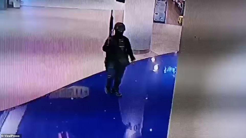 Camera an ninh thể hiện cảnh tay súng Thomma trang bị vũ khí, thiết bị quân dụng, cố thủ trong trung tâm thương mại.