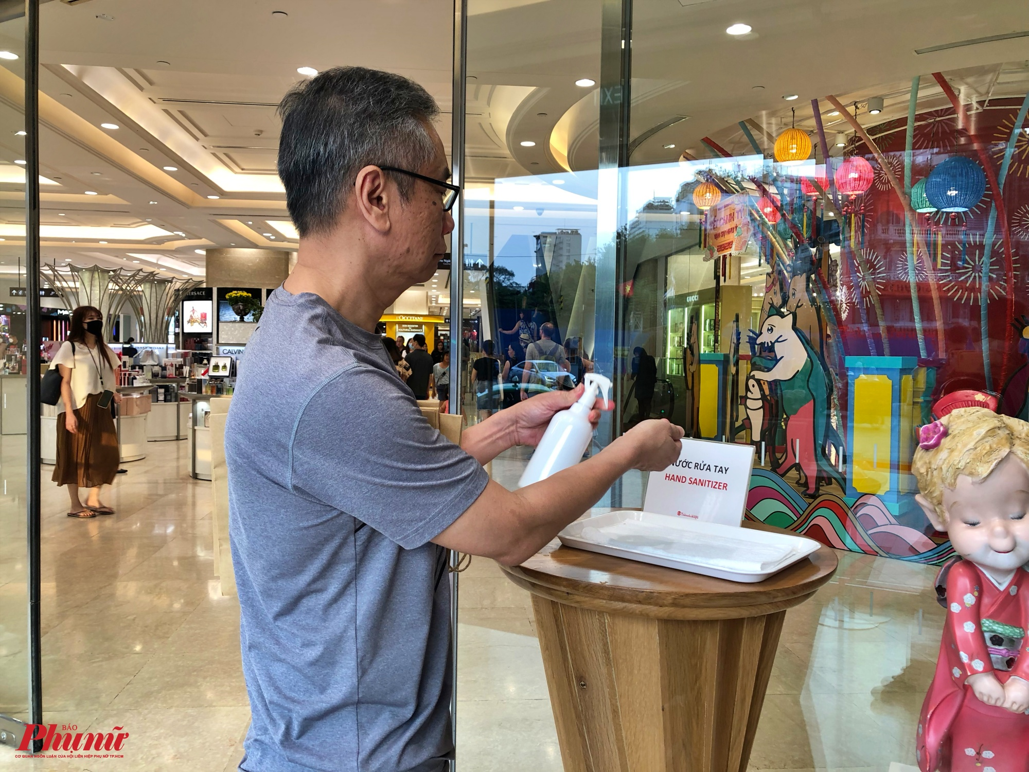 Tại trung tâm thương mại Saigon Centre, cổng ra vào cũng đặt sẵn một chai nước rửa tay để người dân và du khách rửa tay sát khuẩn nhằm ngăn ngừa dịch bệnh