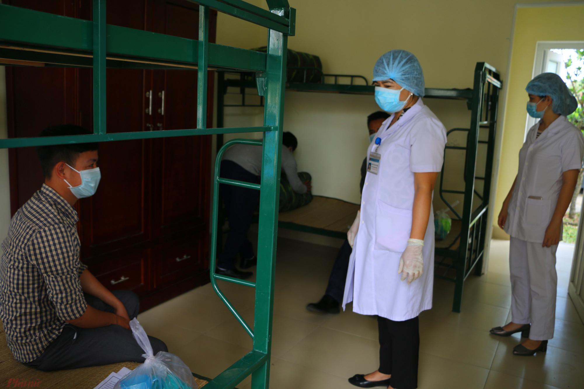 Kết thúc là hình ảnh nhân viên Y tế cùng lực lượng quân y đến kiể tra sức khỏe các công nhân để làm báo cáo gửi lên cấp trên để tiếp tục theo dõi trong vòng 14 ngày