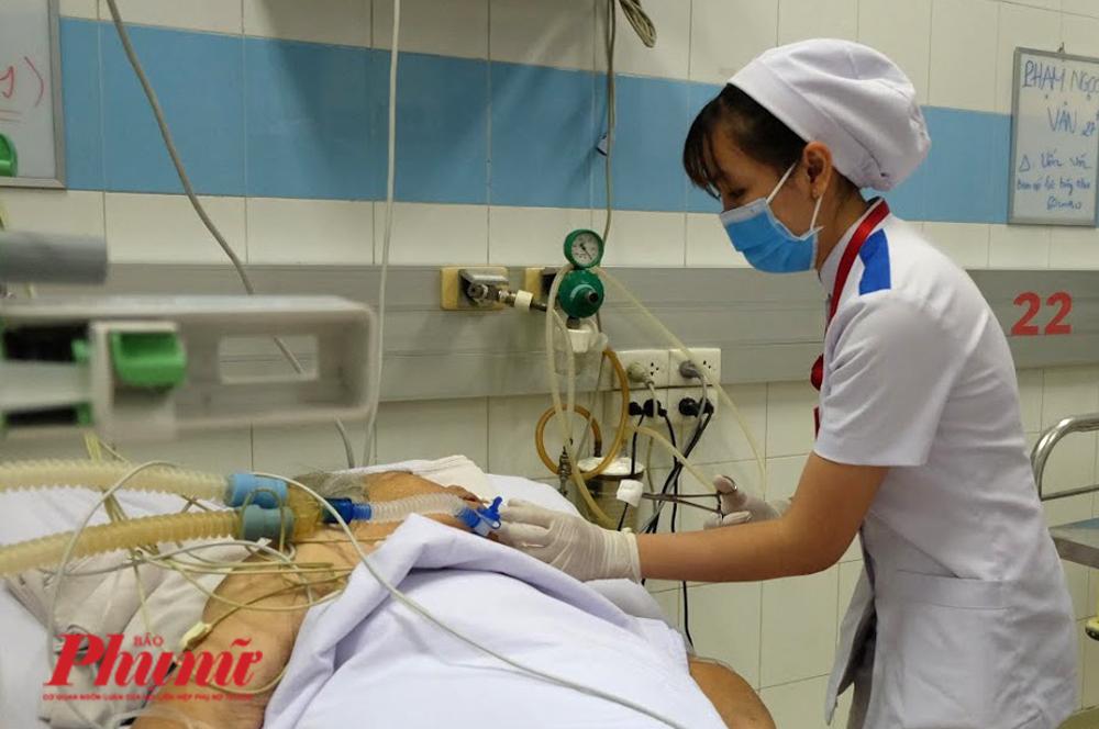 Chăm sóc cho người bệnh tại BV Bệnh Nhiệt đới TP.HCM.