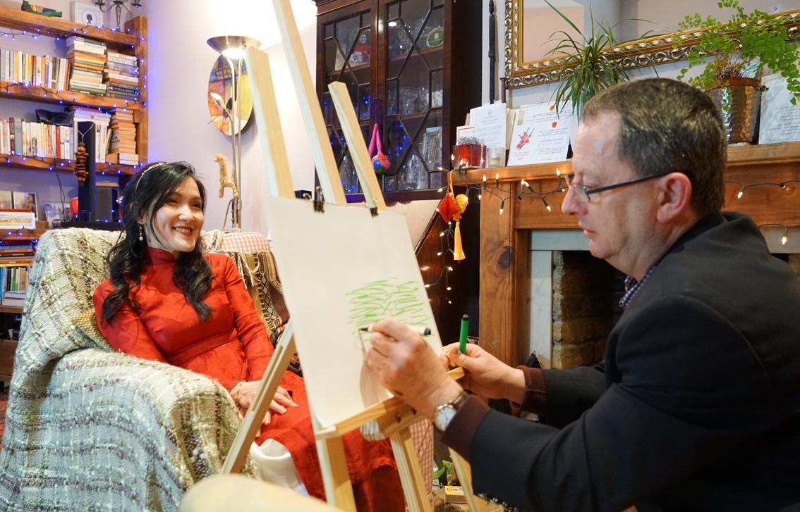 Tác giả Phan Quỳnh Dao cùng ông xã - Ảnh: Linh Luyen