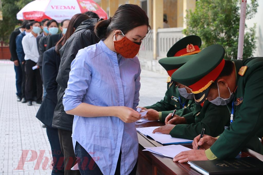 Làm thủ tục đăng ký chọn phòng dưới sự hướng dẫn của các sĩ quan quân đội