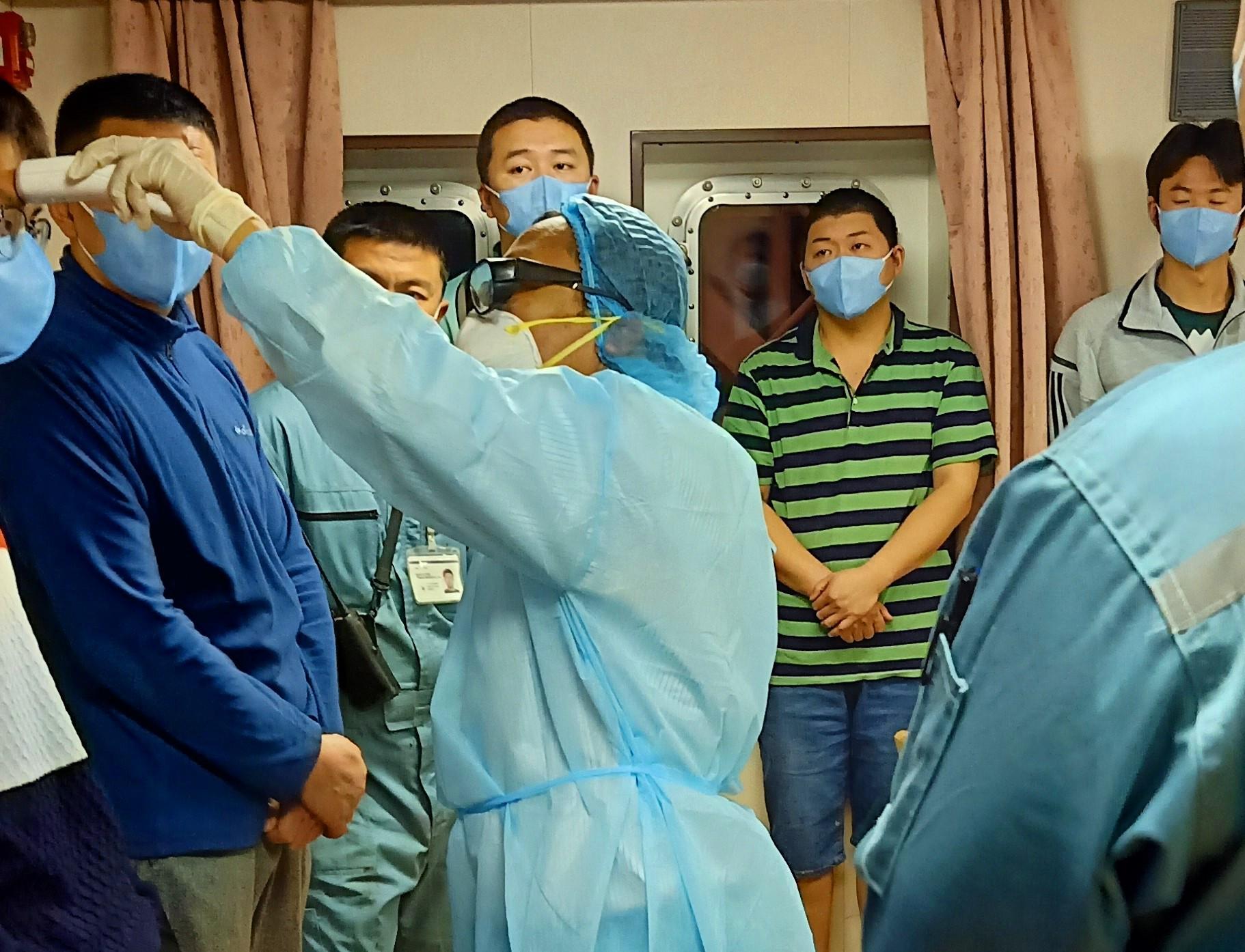 cán bộ CDC Thừa Thiên – Huế làm công tác kiểm dịch đón chuyến tàu này đã được trang bị bảo hộ