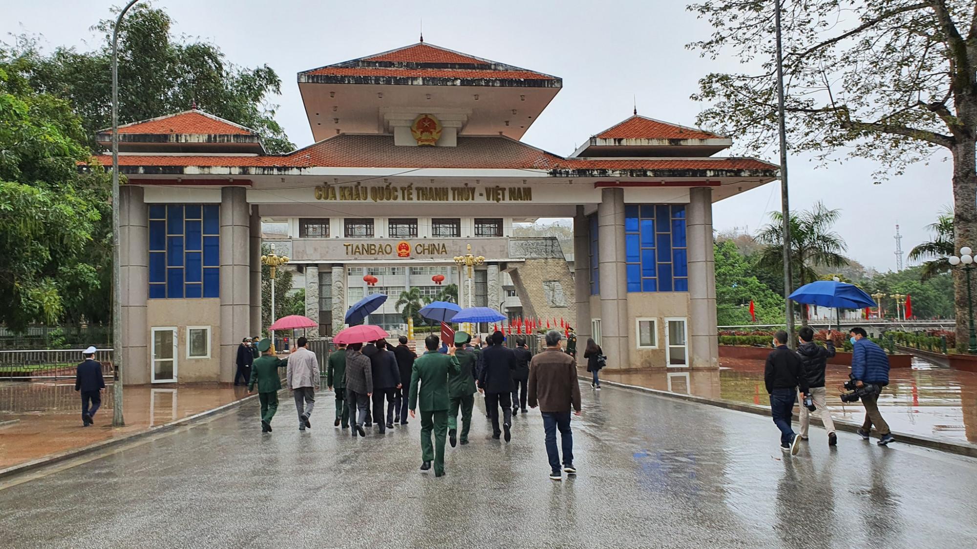 đoàn công tác của Bộ Y tế do Thứ trưởng Bộ Y tế Đỗ Xuân Tuyên làm trưởng đoàn đã đi kiểm tra công tác phòng chống dịch bệnh viêm đường hô hấp cấp do chủng mới của virus corona gây ra tại tỉnh Hà Giang