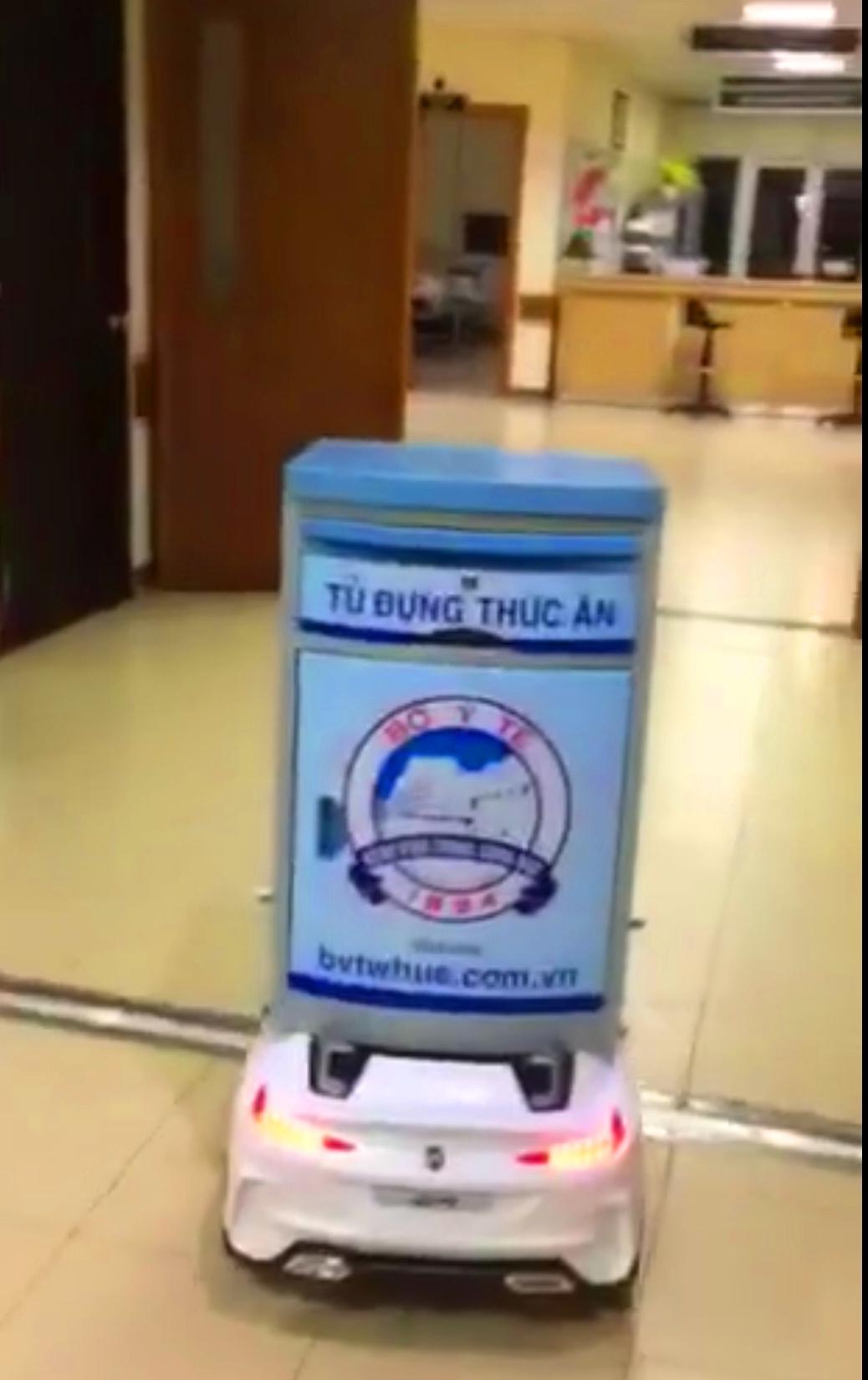 Robot giúp mang thức ăn đên bệnh nhân tránh nhiêm virus corona