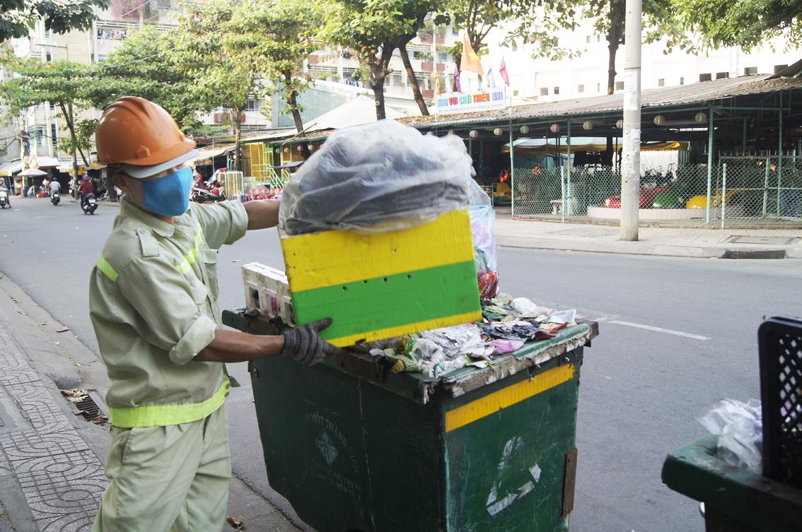 Công nhân vệ sinh Công ty Môi trường đô thị TPHCM thường xuyên được kiểm tra định kỳ các trang bị bảo hộ