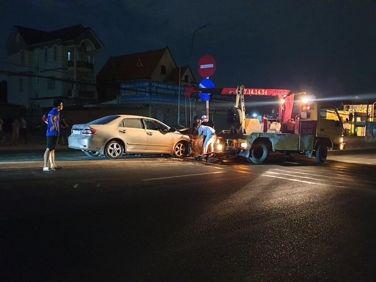 Xe cẩu đưa ô tô gặp nạn rời khỏi hiện trường